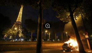 Kerusuhan di Zona Penggemar pada Puncak Final Kemaren  Kerusuhan di Zona Penggemar pada Puncak Final Kemaren  Kerusuhan di Zona Penggemar pada Puncak Final Kemaren, antara portugal melawan prancis di stade de France, dekat menara Paris yaitu menara Eiffel  xiyidec - Kepolisian Prancis terpaksa harus menembakkan gas air mata untuk membubarkan warga di luar zona penggemar atau Fan Zone, saat final Piala Eropa 2016 antara Portugal melawan Prancis berlangsung, Senin 11-7-2016 dinihari 02.00 WIB  Zona Penggemar yang terletak di bawah Menara Eiffel, Paris, diduga pendukung yang mencoba ingin masuk ke area berkapasitas 90 ribu orang tersebut. Mereka yang tidak bisa menyelinap masuk melakukan anarkis kepada polisi bahkan melemparkan berbagai macam benda serta membakar tumpukan sampah depan Zona.  Diperkirakan lebih dari 100 ribu pendukung sepak bola berdesakan, khusus nya yang nonton bareng pertandingan itu untuk memberikan dukungan pada Prancis. Mereka sempat bersorak-sorai Gembira ketika sang kapten Portugal, Cristiano Ronaldo, di tarik keluarmemakai tandu pada menit ke-25 akibat cedera lutut yang di cekal oleh dimitri.   pada pertengahan babak kedua, kepolisian menembakkan meriam air atau water canon untuk membubarkan jumlah massa yang mau menerobos masuk ke Fan Zone. Sepeda-sepeda motor petugas pemadam ikut menjadi pelampiasan suporter dan satu mobil dibakar massa di luar Fan Zone.