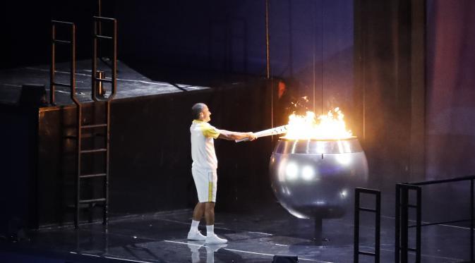 Mantan Atlet Gantikan pele Nyalakan Api Olimpiade